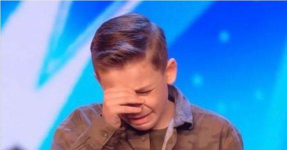 10-åringen med autism chockar alla med sin sångröst. Då bryter han samman av juryns svar!