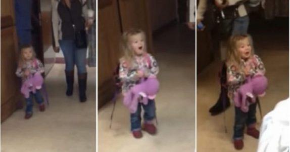 Flickan går försiktigt in i rummet. Se hur hon reagerar när hon träffar sin lillebror för första gången!