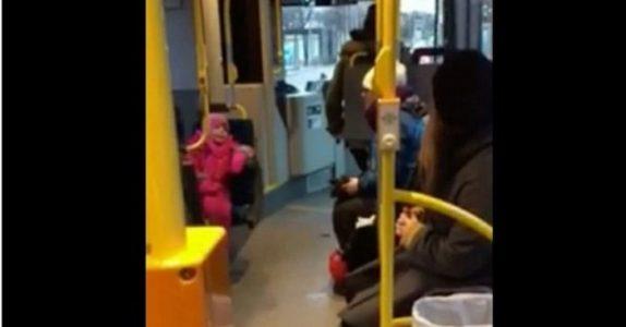 Förskoleflickan sjunger på bussen: Vad busschauffören gör sedan får hela internet att smälta!